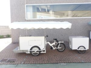 Cargo bike bianca con rimorchietto street food pizza carne
