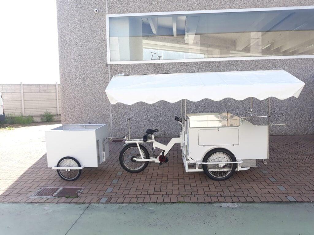 Cargo bike bianca con rimorchietto street food pizza carne